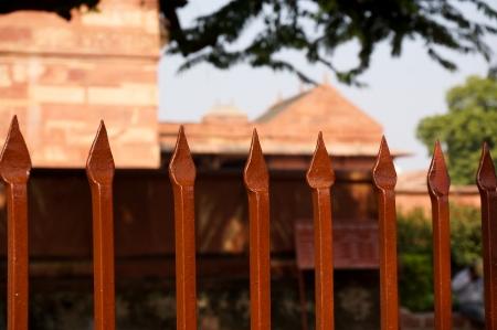 enclosing: Recinzione Sharp racchiude un monumento pu� essere usato per illustrare proibito, limitato, escluso o altri concetti Archivio Fotografico