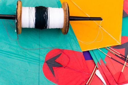 papalote: Cometas de papel de colores y cuerdas utilizadas en el deporte de la lucha contra el cometa. La cadena especial recubierta de cristal para que sea agudo. Tradicionalmente volado en Makar Sankranti o en Rep�blica d�a