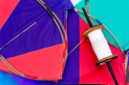 papalote: Cometas de papel de colores y cuerdas utilizadas en el deporte de la lucha contra el cometa. Tradicionalmente volado en Makar Sankranti o en República día Foto de archivo