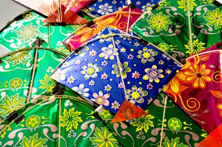Arrière-plan de cerfs-volants indiens colorés disposés dans un motif. Ceux-ci sont traditionnellement utilisés sur Makar Sankranti ou le jour de l'indépendance pour le sport de combat kite