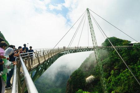 랑카위, 말레이시아 - 5 월 2 일 2 일 : 공중 다리 꼭대기에서 사람들이 멋진 경관을 감상합니다. 이것은 유명한 관광 명소입니다
