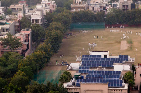 白いユニフォームを着た子供たちがクリケットのフィールドで遊ぶ 写真素材