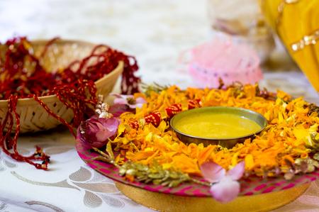 Traditioneller Haldi-Kurkuma auf einem Blumenteller für die hinduistische Hochzeitszeremonie Standard-Bild