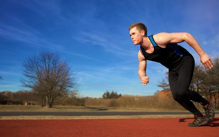 atleta corriendo: Corredor joven empezando a sprint en Parque