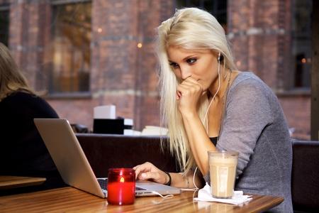 cafe internet: Hermosa joven estudiante en un caf�.
