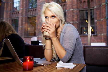 internet cafe: Retrato de una linda chica sentada en un caf�.