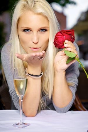 zoenen: Jonge vrouw het verzenden van een romantische klap kus. Stockfoto