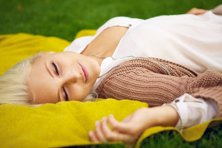 power nap: Woman resting in a park