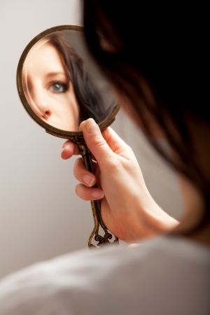espelho: Closeup of a mirror reflection of a womans eye, selective focus