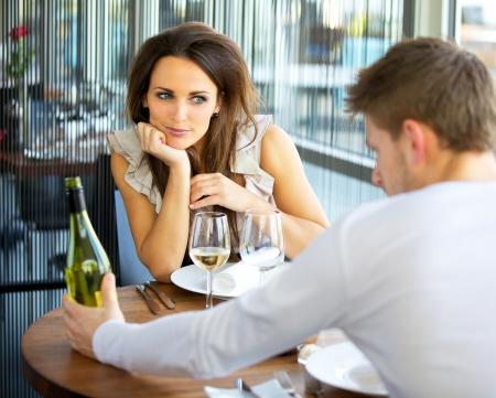 diner romantique: Woman In Love Sur rendez-vous romantique Banque d'images