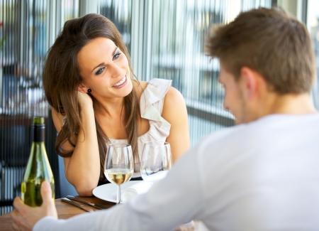 coquetear: Retrato de un par de citas rom�nticas en un restaurante