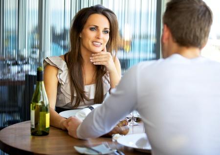 diner romantique: Portrait d'une femme magnifique tenant par la main avec son petit ami dans un restaurant chic