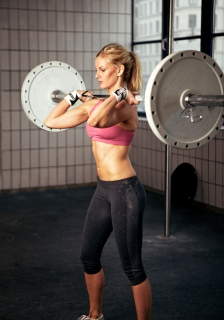 levantar peso: Retrato de una mujer de fitness sexy levantar un peso Foto de archivo