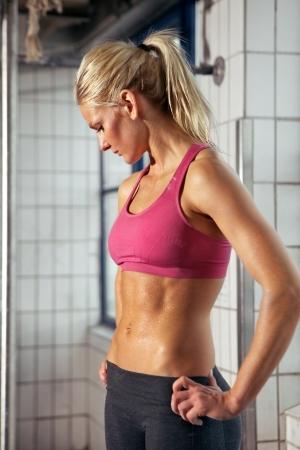sudando: Retrato de una mujer muy conveniente tener un descanso de su entrenamiento