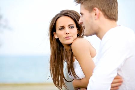 dialogo: Retrato de una mujer atractiva en serio escuchando a su novio, mientras que en una fecha