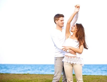 couple dancing: Retrato de una joven dulce que se divierten y bailan juntos al aire libre Foto de archivo
