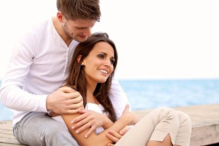 femme romantique: Portrait d'un couple attrayant appréciant la compagnie de l'autre par la mer Banque d'images
