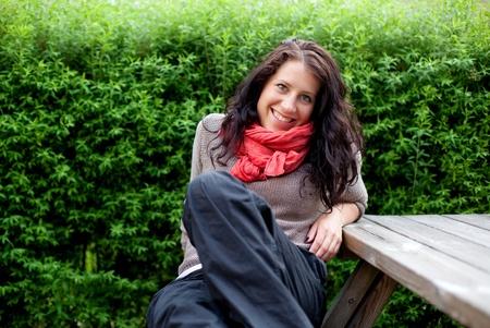 fresh air: Ritratto di una donna su un parco di riposo e godersi l'aria fresca