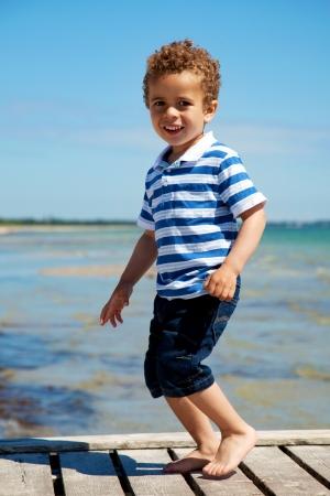 garcon africain: Enfant adorable profiter des vacances sur un été ensoleillé