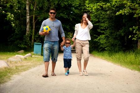 ni�os latinos: Retrato de una pareja joven con su peque�o hijo en su camino hacia un destino de verano