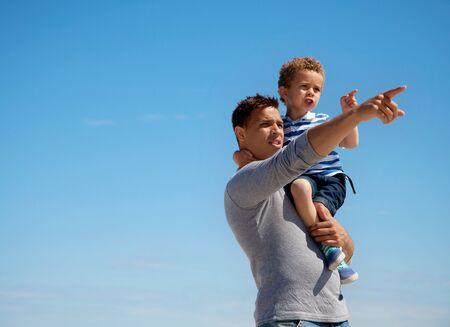 padre e hijo: Pap� se�alando algo a sus al aire libre peque�o hijo Foto de archivo