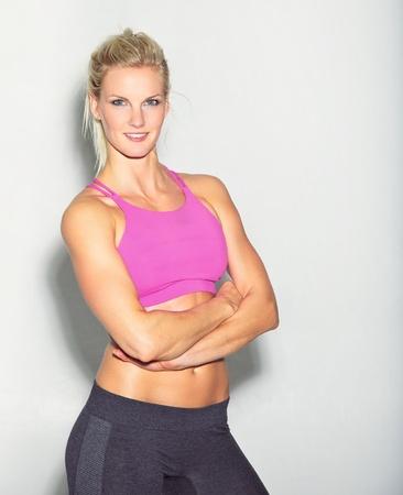 woman fitness: Portrait d'une femme de remise en forme confiant jeune isol� sur blanc Banque d'images