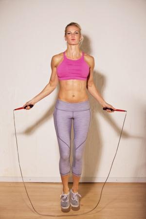 jump rope: Mujer atleta usa la cuerda de salto como su entrenamiento de fuerza
