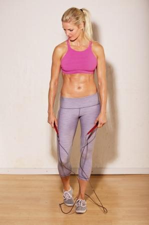 sudando: Atleta Mujer descansando despu�s del entrenamiento intenso de fuerza