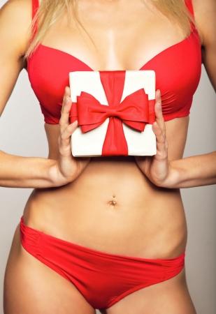 sexy santa m�dchen: Sch�ne Frau in Unterw�sche mit einem Geschenk