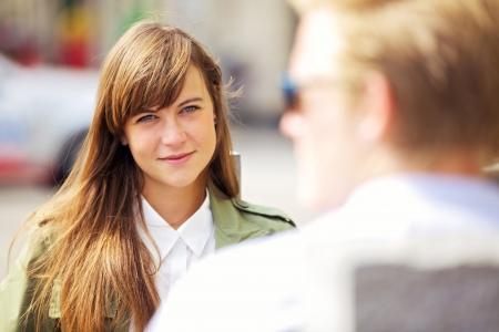 primeramente: Retrato de una mujer hermosa mirando a su novio con amor
