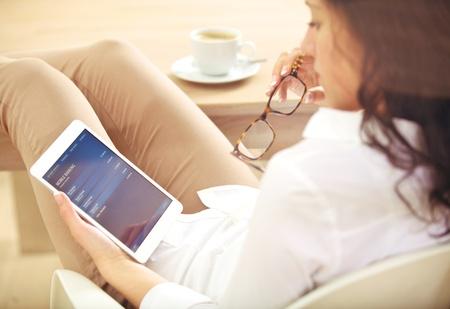 cuenta bancaria: Mujer corporativa joven verificar la información sobre su cuenta bancaria en línea