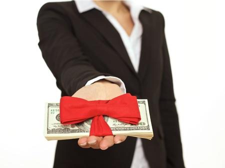 generoso: Empresario dando generoso bono como un regalo de empresa Foto de archivo