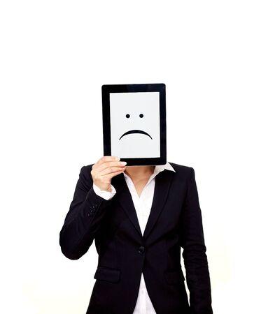 perdidas y ganancias: Frustrado profesional sosteniendo una tableta digital con un emoticono triste en la pantalla Foto de archivo
