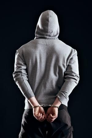 derecho penal: Criminal en manillas arrestado por sus crímenes