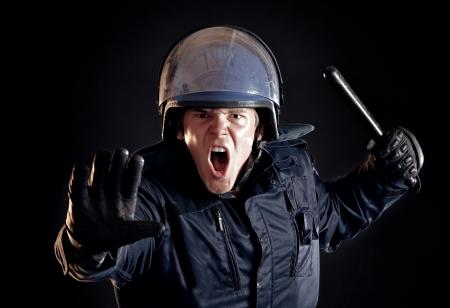 policier: Policier en col�re contre matraque dit la foule violente pour arr�ter