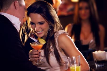 coquetear: Pareja feliz en el bar disfrutando de la fiesta