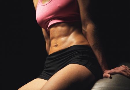 abdominal fitness: Primer plano de abdominales tonificados una aptitud de la mujer Foto de archivo