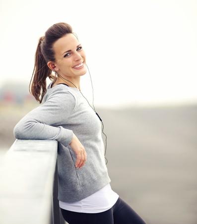 mujeres felices: Mujer sonriente con su descanso despu�s de correr