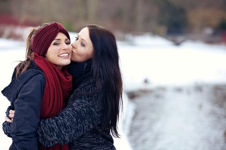lesbianas: Amigos felices en la temporada de nieve Parque de invierno
