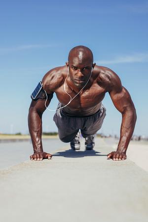 cuerpo hombre: Imagen de ajuste j�venes guy haciendo flexiones. Modelo de la aptitud joven el ejercicio al aire libre.