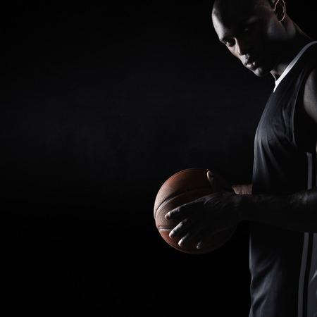 copyspace 함께 카메라를 찾고 농구를 들고 강한 젊은 남자의 스튜디오 샷. 아프리카 농구 선수입니다. 스톡 콘텐츠