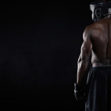 黒の背景上の筋肉の若い男性ボクサーの背面。ボクシングの若いアフリカ男性のコピー スペース ギアします。 写真素材 - 34387132