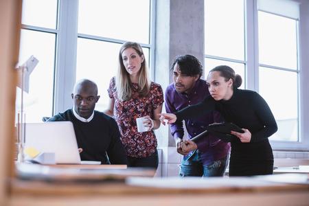 Portrait d'une équipe de l'entreprise moderne à travailler à nouveau projet lors de la réunion et en regardant un ordinateur portable. Les gens d'affaires multiraciales travailler ensemble. Banque d'images - 36587920