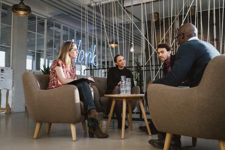 Různorodá skupina mladých lidí s setkání v hale. Mladí obchodní vedení na setkání v kanceláři sdílení kreativních nápadů. Reklamní fotografie