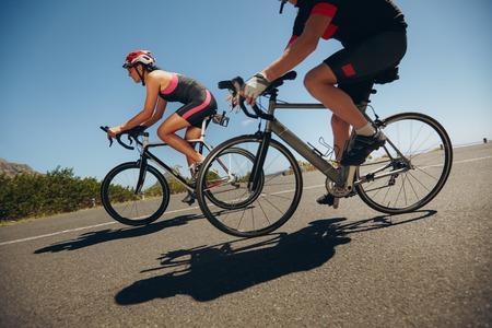 ciclista: Toma de acción de un ciclistas de carreras. Bicicletas de equitación para ciclistas cuesta abajo en la carretera nacional. La práctica de la competencia.
