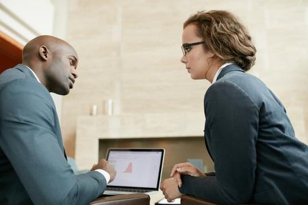 reunion de trabajo: Retrato de dos j�venes empresarios en un caf�. Los socios comerciales en un grave discusiones de negocios en un restaurante.