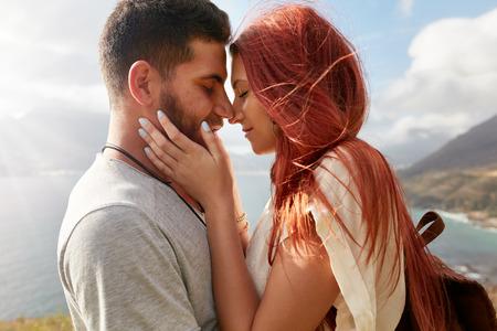 pareja apasionada: Retrato de la joven pareja cari�osa a punto de besar. El hombre joven rom�ntico y mujer que comparten un momento precioso en sus vacaciones de verano.