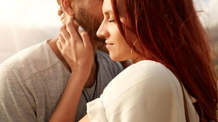 femme romantique: Gros plan de la belle jeune femme avec son petit ami. Jeune couple ensemble � l'ext�rieur.