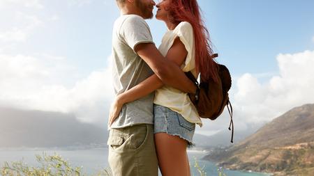 femme romantique: coup tondu jeune homme et une femme debout près de l'autre face à face. couple romantique embrassant l'extérieur. Banque d'images