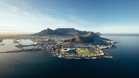 Luchtfoto uitzicht op de kust van Kaapstad. Uitzicht op Kaapstad stad met de Tafelberg, haven van Kaapstad, Lion's Head en de piek van de duivel, Zuid-Afrika. Stockfoto